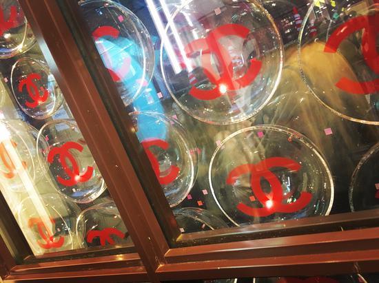 香奈儿游戏厅玻璃墙细节