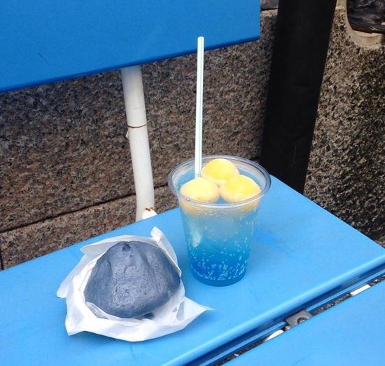 蓝色包子和饮料