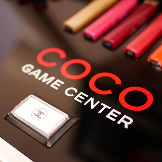 香奈儿游戏机上的双C标志