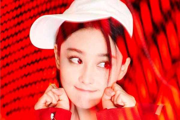 张馨予任性玩转百变红色   时髦女神可帅可甜