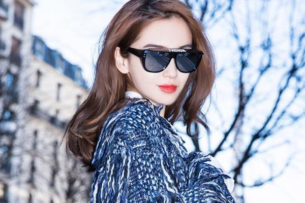 Dior品牌大使angelababy现身巴黎 轻松随性笑容灿烂