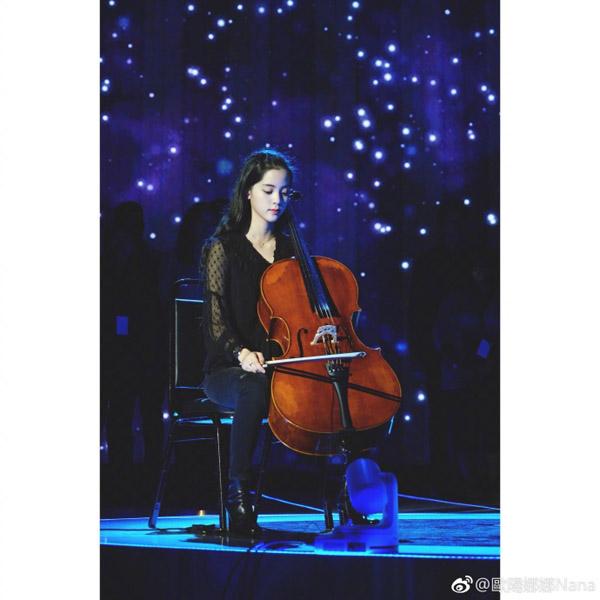抱着大提琴的娜娜更是气质迷人