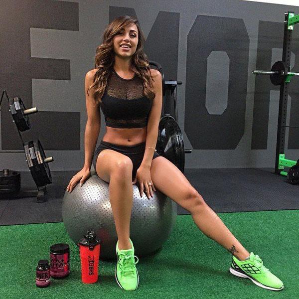29岁的安娜-谢丽目前是名气最大的健身模特