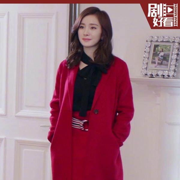 杨幂穿蝴蝶结衬衫搭配红色大衣