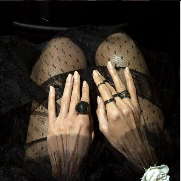 Heidi Klum佩戴Lorraine Schwartz总重达49克拉的稀有黑钻戒指和手镯。