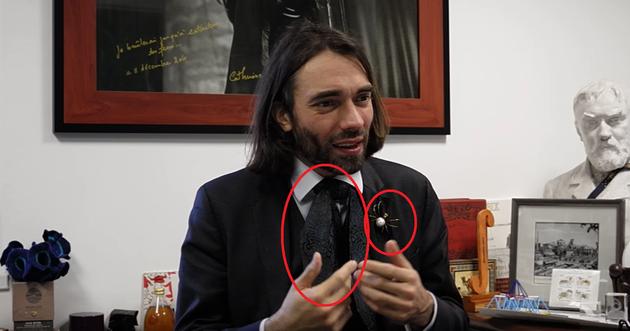 领结和胸针是标志
