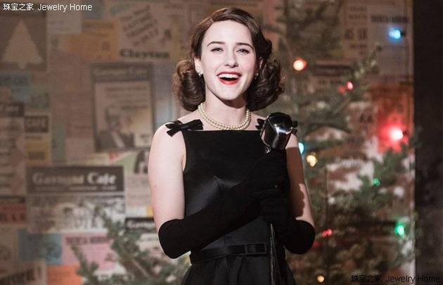 米琪·麦瑟尔在上台演出时穿小黑裙