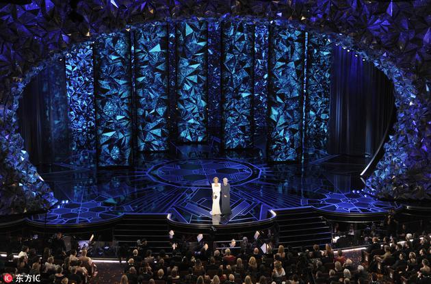舞台不仅仅是一种形态,可以运用LED灯光全息投影等变化莫测