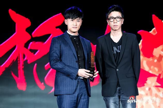 林峯(左一)荣获2017风格大赏年度全能艺人奖,设计师王培沂先生(右一)为他颁奖