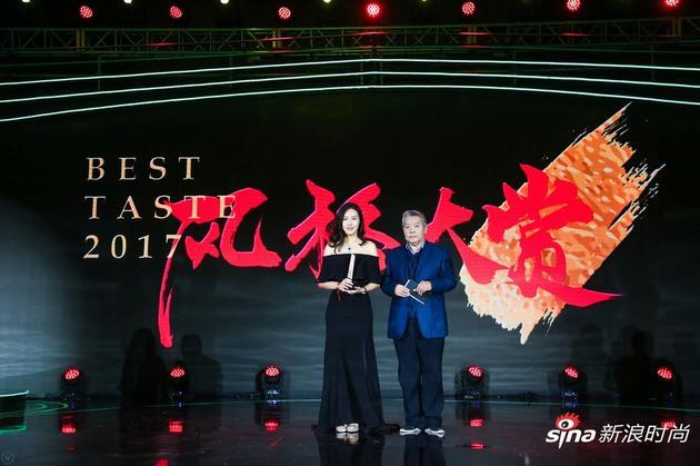 活动现场北京内画鼻烟壶代表性传承人刘守本为领奖嘉宾天狮集团董事、产品管理中心高级总监王美然女士颁奖。