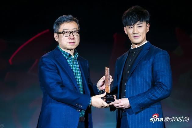 林峯(右一)为微博微公益总监杨光先生(左一)颁发2017风格大赏年度味道奖