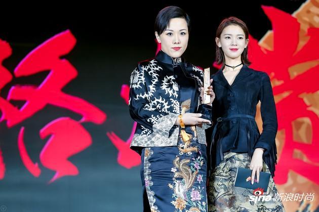 活动现场演员陈瑶为领奖嘉宾茶灵CHA LING品牌中国区总经理陈琦女士颁奖。