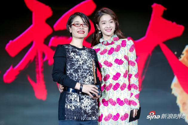 活动现场演员张雪迎为领奖嘉宾欧莱雅中国大众化妆品部品牌传播总监朱宁女士颁奖。