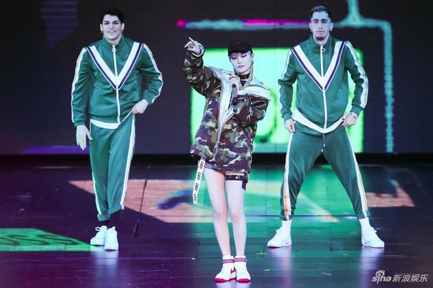 李宇春参加双11晚会献唱《流行》