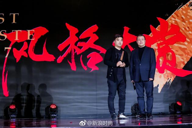 盛典现场新浪网副总裁邓庆旭先生为领奖嘉宾中国天眼工程的工作人员颁奖