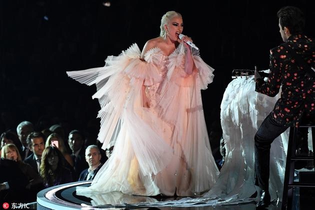 Gaga换上另一条Armani阿玛尼Prive高定礼服登台表演