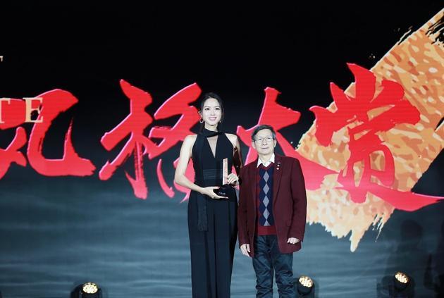知名艺术家黄建南先生(右一)为张梓琳(左一)颁奖
