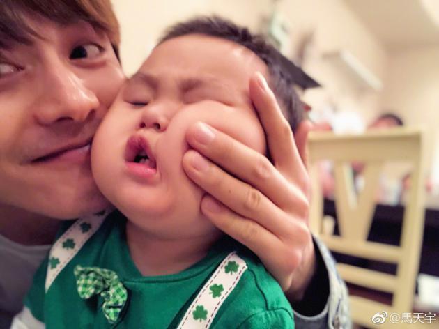 马天宇外甥超越假笑男孩 诞生年度最尬表情包