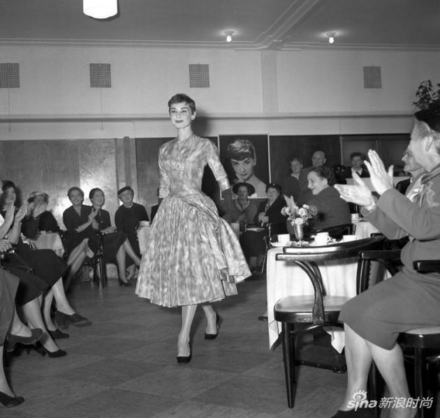 1954年,阿姆斯特丹的一場時裝秀上,奧黛麗-赫本正在展示一件紀梵希的設計