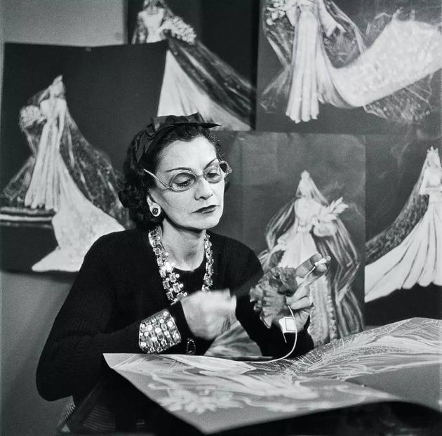 Chanel女士正在制作高级定制时装