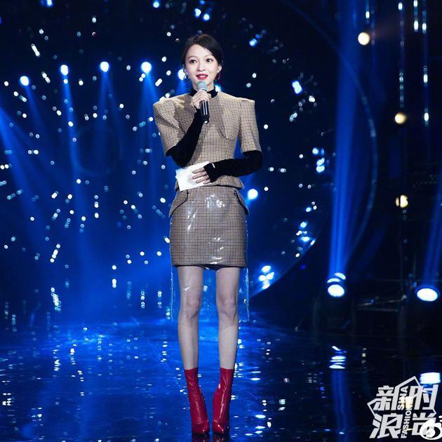 张韶涵穿复古格纹裙装搭配