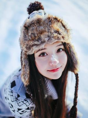 气质美女雪地欢乐玩耍写真