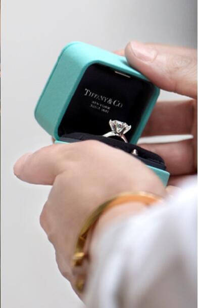 装在蒂芙尼臻爱蓝盒内的蒂芙尼The Tiffany Setting六爪镶嵌订婚钻戒