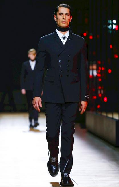 开场黑色西装采用了顺排扣的款式