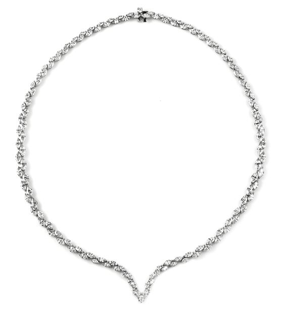海瑞温斯顿V型钻石项链。总重约18.91克拉,悉心镶嵌于铂金底座。