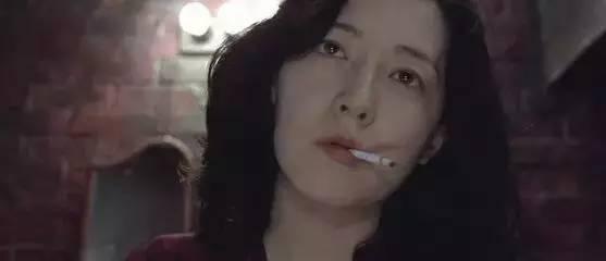 在《亲切的金子》中扮演一位女杀手