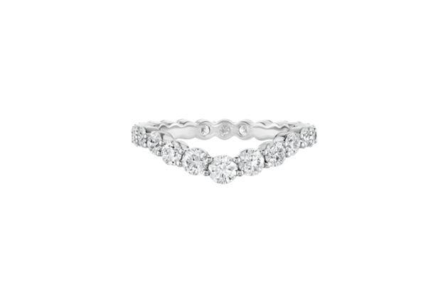 海瑞温斯顿V型钻石线戒。总重约1.54克拉,悉心镶嵌于铂金底座。