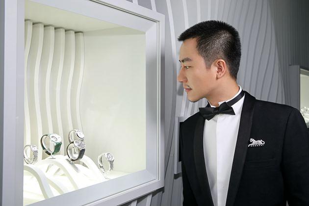 知名演员黄轩先生佩戴卡地亚猎豹系列胸针、ROTONDE DE CARTIER系列神秘小时镂空腕表