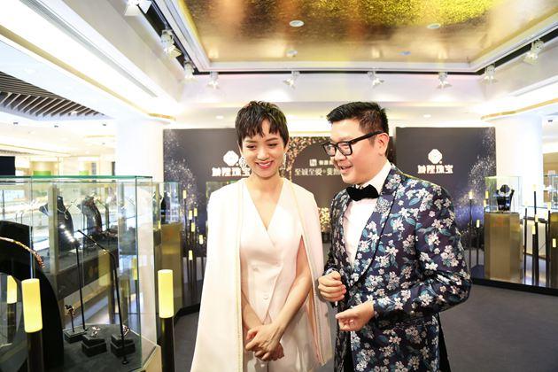 国际珠宝设计大师刘斐先生陪同影星李晓峰参观展厅作品