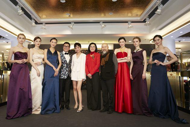 上海城隍珠宝有限公司总裁李冬梅女士携手国际珠宝设计大师刘斐先生、上海工匠玉雕界大师吴德昇先生、影星李晓峰和模特合影。