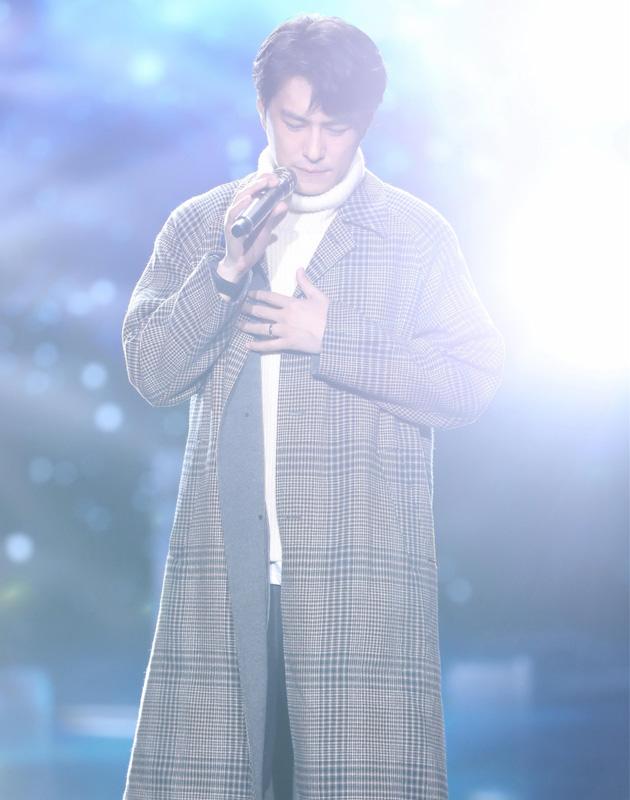 靳东帅气穿格纹大衣