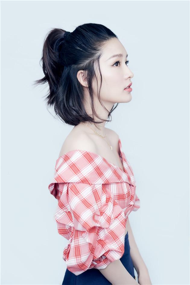 李沁穿短上衣秀迷人锁骨 新发型甜美升级