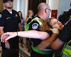 美国残疾人冲入国会反对医保改革