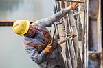 高铁工人60米高空施工
