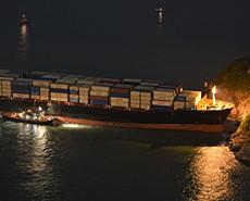 """""""嘭""""一声巨响 香港市民惊看货船撞岛"""