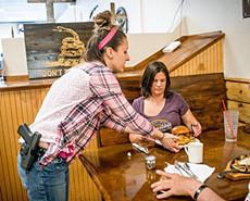 美国这家餐厅女服务员配枪上岗