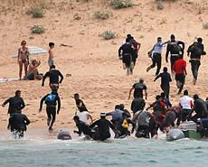西班牙游客正日光浴 偷渡客成群跑上岸