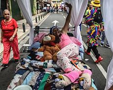 世界懒惰日:哥伦比亚民众上街睡觉庆祝