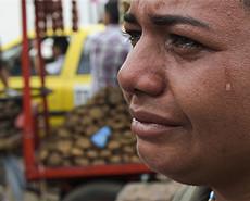 """拒""""假""""援助 委内瑞拉人邻国买日用品"""