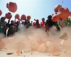 印度妇女摔陶罐抗议饮用水短缺