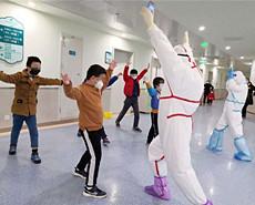 武汉儿童医院:15个孩子的临时护士爸妈