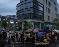 廣州防控升級 市民雨中排隊等候核酸檢測