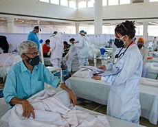 嚴峻疫情下印度前線醫生不堪重負