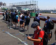 东京奥运会开幕在即 记者排队前往主新闻中心