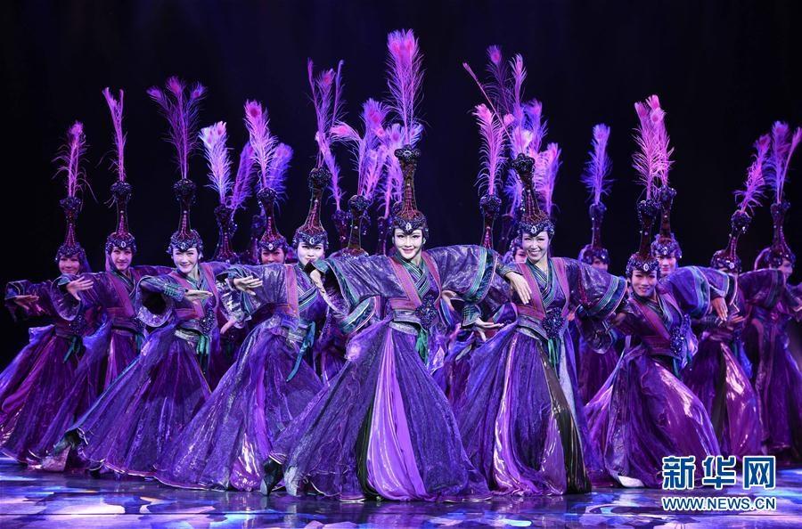 内蒙古民族艺术剧院歌舞团的演员表演群舞《蒙古优雅》.当日,第