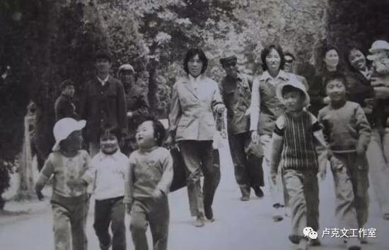 照片最右边还在吸奶瓶的就是张瑶,这是他们全家到达河南时的情景